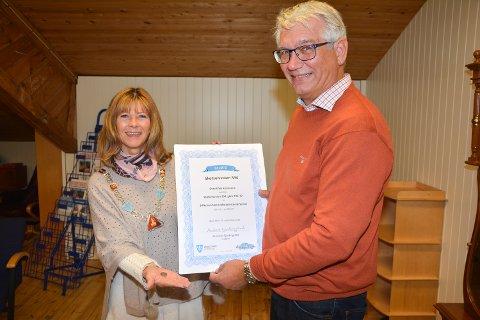 Ordfører Ann Sire Fjerdingstad, og formann og styreleder for stiftelsen Motorhistorisk Senter