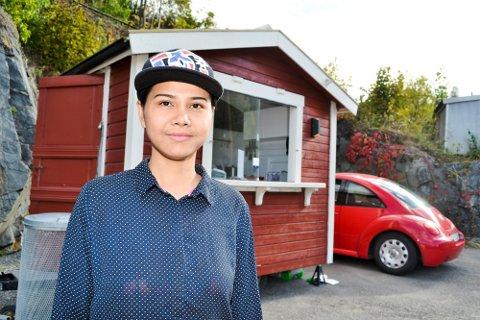 SKOTSELVING. Klar for kunder og thaimat. Suprani Mongkhonnam lokker skotselvingene med smaker fra Thailand fra sin rødmalte kjøkkenvogn midt i bygda. Hun bor selv med samboer på Østsida og regner seg som skotselving.