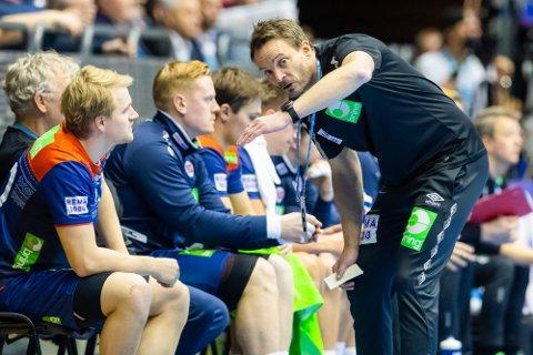 PEPPES: Norges landslagssjef Christian Berge (t.h.) prater med Magnus Fredriksen under landskampen mellom Norge og Island i 4-nasjonersturneringen i håndball forrige uke.