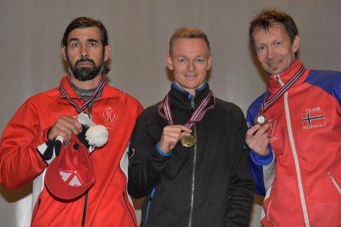 På PALLEN: Anders Bechmann (til h.) tok bronsen i den store bakken. Her sammen med Bruno Reuteler (til v.) og Thorbjørn Nygård.
