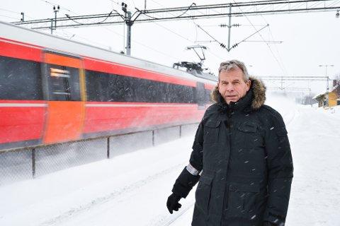 KNUTEPUNKT: Hokksund stasjon er et viktig jernbaneknutepunkt i dag og vil bli viktigere mener stortingspolitiker for SV, Arne Nævra og tidligere jernbaneplanlegger Jon Hamre.