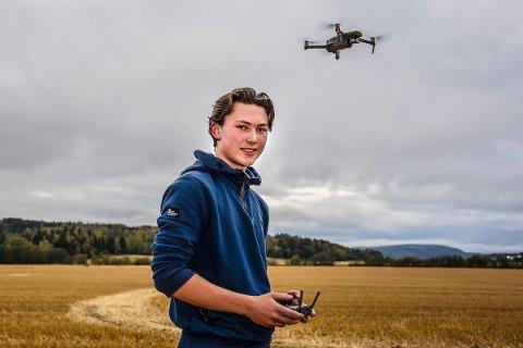 ET TALENT: Hans Krekling fra Hokksund er bare 16 år, men videoene han har lager fra Øvre- og Nedre Eiker blir beskrevet som proffe. Selv er han gårdsgutt med en stor interesse for gårdsarbeid.