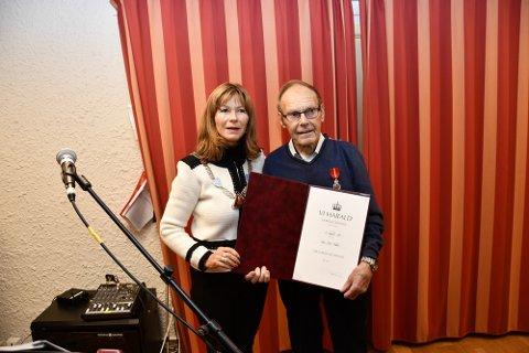 Avtroppende ordfører Ann Sire Fjerdingstad overrakte hederen til Arne Bråten.