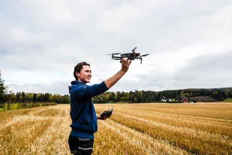 VANT: Hans Krekling flyr dronen sin på Aker gård. – Han er utrolig dyktig, selv uten alderen tatt i betraktning. Det vi har fått av han i år er noe av det beste vi har sett på nesten ti år, sier Lars Raaen, journalist og jurymedlem i Traktor.