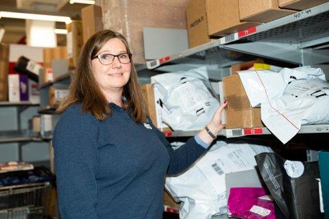 Mariann Løsengen fra Krokstadelva er opptatt av blant annet pakker ved postutleveringa på Buskerud Storsenter.