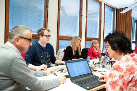 Kontrollutvalget i Nedre Eiker: Leder Arne Pedersen (t.v.), nestleder Magnus Weggesrud, Hiilde Hovland, Kari Ingvil Audestad og sekretær Bente Thalerud.