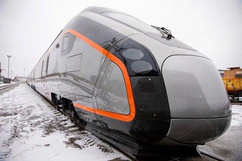 NYE FLYTOG: Et av Flytogets nye togsett ble vist frem under et arrangement i Oslo. Togene er bygd i Spania og det første togsettet skal settes i drift på strekningen mellom Drammen og Gardermoen i løpet av neste år.