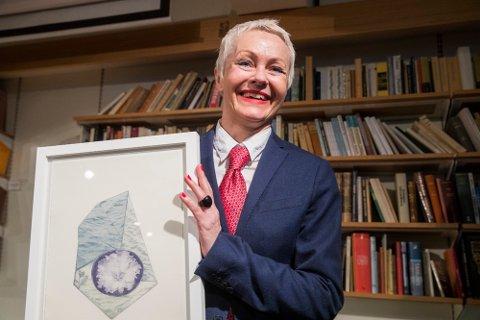 Mona Høvring får kritikerprisen for beste skjønnliterære voksenbok med boken «Fordi Venus passerte en alpefiol den dagen jeg blei født».