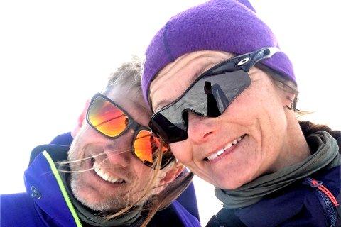 Astrid Røren og  (47) og Vidar Moen (55) fra Hokksund la i vei fra starten på Haukeliseter sliter de seg nå fram i motvinden