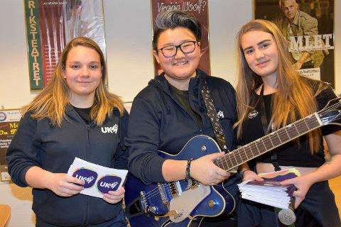 RIVJERN: 16-åringen Hannah Pedersen (i midten) er helt rå til å arrangere og koordinere Ungdommens kulturmønstring i Modum. Lørdag fikk hun hjelp av Marte Skinstad (17) (til v.) og Adine Marie Johannessen (18).