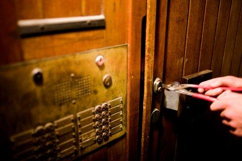 GOD LÅS: Den vanligste veien inn og ut for en tyv er faktisk gjennom døra. En FG-godkjent lås og sikringsbeslag reduserer risikoen for uønsket besøk. ILLUSTRASJONSFOTO: Sara Johannessen/Scanpix