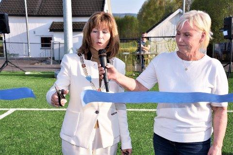 KLIPPE, KLIPPE: Ordfører Ann Sire Fjerdingstad er en dreven snorklipper. Her bivåner Tone Nordli, leder i Eiker Kvikk IF det hele.