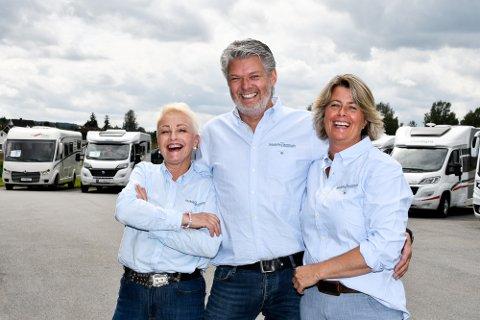 Bente Buxrud (f.v.), Kjartan og Ingvill Nave i Mobile Zentrum i Hokksund skal selge 30 nye bobiler i år.