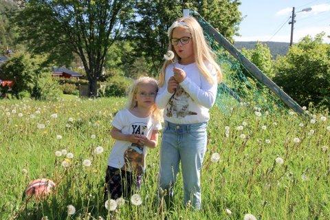 GJENGRODD: Frida (3) og Tiril (7) får ikke spilt fotball på lekeplassen i Furubakkene. Nedre Eiker kommune ville spare 200.000 kroner på vedlikehold av lekeplasser i året.