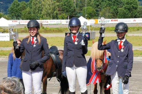 Marie Fjeld Egilsdottir (i midten) vant NM i tølt for ungryttere sammen med hesten Fifill. Line Bjerke Meisingset (t.v) og Ørjan Lien Våge fulgte på de neste plassene.