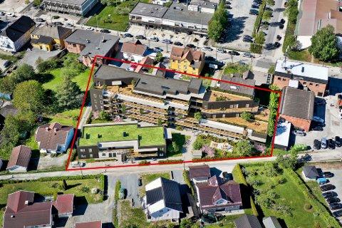 Slik blir den nye og større Opsahlhaven i Stasjonsgata; 45 boenheter i fem etasjer. Her tegnet inn på tomta. Det er Eikerbladet som har lagt på de røde strekene for å markere hvor tomta er. Tegning: Baezeni