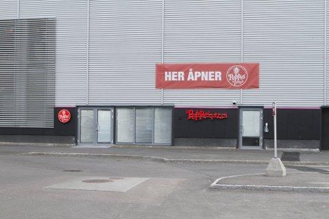 FORSINKET: Åpningen av Peppes på Buskerud Storsenter trekker ut..