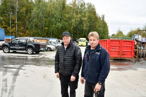 BRØDRE OG TVILLINGER: Knut (t.v.) og Knut Bråten forteller at de må state oppgjen Bråtens Bilco på nytt etter brannen i vinter. – Navnet er nesten det eneste vi har igjen, sier de.