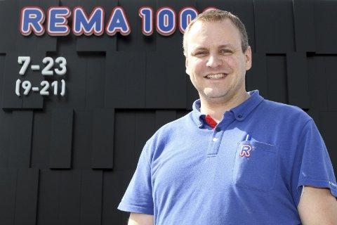 KJØPMANN: Rolf Henden etablerte «nærbutikk» på Ormåsen for to år siden ved siden av å drive en butikk i Drammen. Heretter blir det fullt fokus på Rema 1000-butikken på Ormåsen.