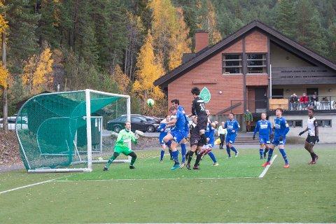 Blal Shahpasand (10) fra Solberg prøvde å overliste IBK-målvakt Henrik Bjerknæs Nilsen uten å lykkes da Birkebeineren møtte Solberg i lokaloppgjør i oktober i fjor. Det blir nye nappetak i 2020. Foto: Anders Kongsrud.