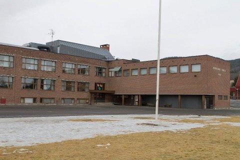 Tre av de smittede har tilknytning til Hokksund barneskole, Røren barneskole og Røren barnehage.
