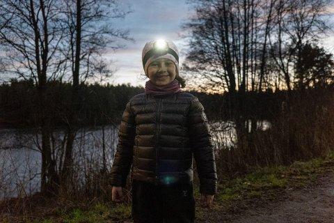 HODELYKTSAFARI: Hva med å ta med barna på hodelyktsafari i nærskogen i adventstiden? Både spennende i seg seg selv, og man kan gjøre det om til en skattejakt. Foto: Gard Eirik Arneberg / Norsk Friluftsliv