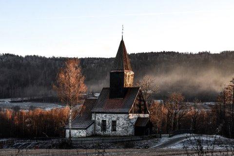 BYGDAS STOLTHET. Fiskum gamle kirke er hele bygdas eiendom og stolthet.