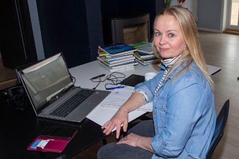 - Jeg lærer noe nytt hver dag, sier Vibeke Molandsveen (43) fra Hokksund som driver «fjernundervisning» hjemmefra. Foto: Anders Kongsrud.