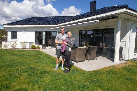 DRØMMEHUSET: Håndballspiller Gøran Sørheim, samboer Anine Brekke og datteren Amalie har funnet sitt drømmehus på Ormåsen.
