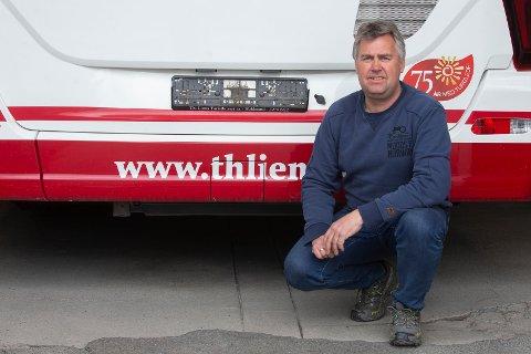 Tom Kristian Lien har permittert alle ansatte og tatt skiltene av alle bussene i forbindelse med korona-pandemien. Th Liens feirer 75-årsjubileum nå i 2020. Foto: Anders Kongsrud.