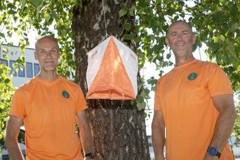 OPTIMISTER: Olav Horne (t.v) og Ivar Magnus Hansen er to optimister fra Hokksund som skal finne 100 o-poster fordelt på ti kart i løpet av lørdag 20.juni 2020. De ti kartrutene er «solgt» til lokalt næringsliv som legger penger i potten til lokalt ungdomsarbeid.