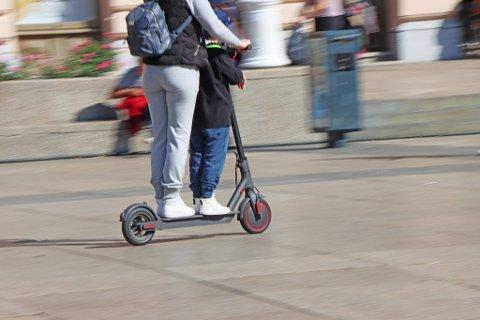 ØNSKER FORBUD: De stillegående syklene som kan kjøre i opptil 20 kilometer i timen, kan komme raskt og overraskende på – ofte til stor irritasjon for mange fotgjengere. I spørreundersøkelsen kommer det fram at hele 6 av 10 ønsker et forbud mot elsparkesykler på fortau.