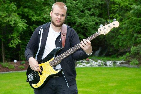 BASSIST: Even Holth fra Mjøndalen fyller 20 år torsdag 2.juli. Han er basssist og drømmer om å kunne livnære seg av musikken.