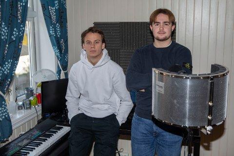 «3300»: Hokksund-guttene Rasmus Bruknapp Sjem (t.v) og  Liam McClatchie kaller seg «3300». De to drømmer om å gjøre musikk til levebrød.