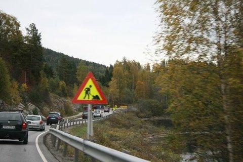 HER ER RÅDET: – Kjør helt fram i begge filer, og flett når du kommer til skiltet.Mange irriterer seg over at andre bilister suser forbi i venstrefeltet, men trafikken flyter faktisk bedre dersom man utnytter begge felt, sier Ryste.