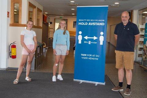 GLEDER SEG: Ingrid Bræin (t.v.) og Mathea Stenshorne ser fram til å begynne på Eiker videregående skole selv om rektor Jan Helge Russnes har strenge smittevernstiltak som elevene må følge.