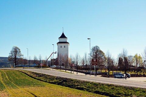 KJAPP REAKSJON: Kommunen fikser taket på tårnet nærmest umiddelbart.
