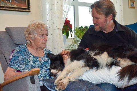 TERAPI: Anne-Grethe Gylthe sammen med terapihunden Othello og Öystein Johannesen. Her avbildet i januar i 2019.