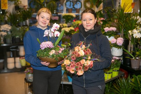 SPENNENDE: Tina-Annie Ellefsen (t.v) og Eirin Sten Pedersen sendte blomsterhilsener fra utlandske oppdragsgivere til eikerværinger før jul.