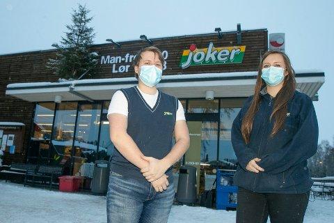 STENGT: Eirik Zapffe (t.v) og Annniken Jørgensen Edvardsen holder Joker Darbu på Fiskum stengt i en januar-uke for å pusse opp.