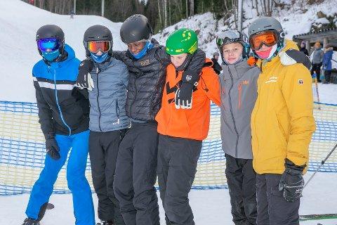 SUPERSØNDAG:  Kristofferr Dybendal Bråthen (t.v), Torben Olsen, Isak Sveaas Moen, Rasmus Leversby, Simen Ødegård og Simon Dun var seks av ungdommene som koste seg i skibakken i Skotselv.