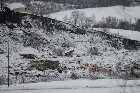 SYV OMKOMMET – TRE FORTSATT SAVNET: Skredkatastrofen har så langt kostet syv menneskeliv. Mandag fortsetter søket etter tre personer som fortsatt er savnet.