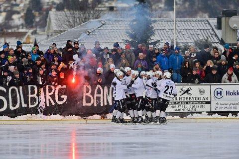 SERIESPILL IGJEN: Solberg-gutta toppet Elitesserie-tabellen da lagene ble pålagt spillepause av myndighetene. Fredag er det endelig seriekamp igjen.
