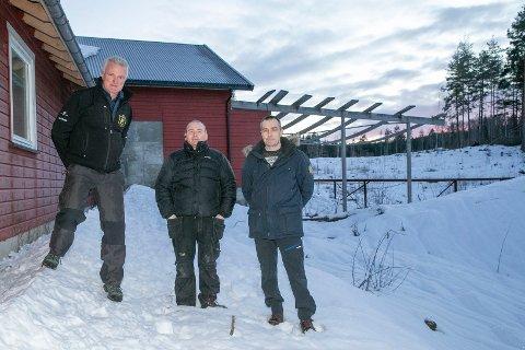 VIL UTVIDE: Jarle Gjøsæther (t.v.), Frode Johnsen og Stein Roar Johnsen i Fiskum skytterlag som skal utvide klubbhuset med 60 kvadratmeter