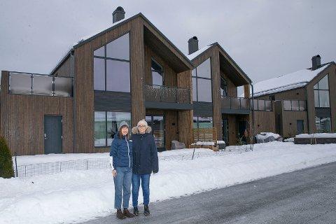 STORTRIVES: Emilie Laursen Løvik (t.v) og kona Silje Alvilde Laursen Løvik flyttet inn i Riskestien på Ormåsen før jul i 2019 - og stortrives.