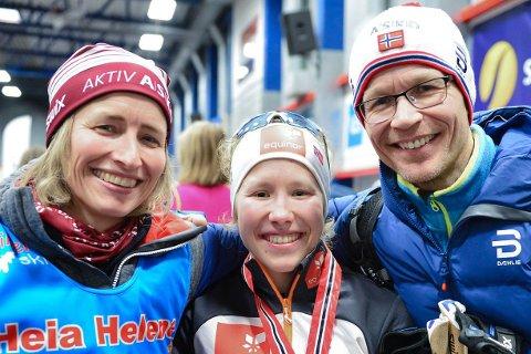 HEIER HJEMMEFRA: Helene Marie Fossesholm reiser til ski-VM i Oberstdorf. Mamma. Gunhild Therese Fossesholm (t.v.) og pappa Øivind Foss blir hjemme på grunn av koronapandemien og følger dattera på TV-skjermen fra hytta i vinterferien. Bildet er tatt etter NM-bronsen på Konnerud sist vinter.