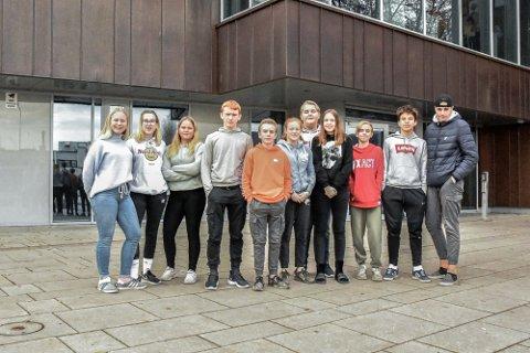Denne gjengen gikk ut av 10. klassen i 2020. F.v: Selma Austdal-Guneriussen (14), Thale Kaasa (14), Marthe Ludvigsen Johansen (14), Anders Tiller (14) Mathias Stenberg (13), Emil Norddahl, Bjørk Bekkene (14), Ada Teigen Kvenhusvik (14), Martin Jvval (13), Alan Kamil (13), Tobias Nygård (14). Foto: Arkivbilde/Maria Constance Enger Amdal