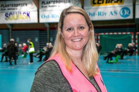 BILDE: Koordinator for vaksineringen i Drammen, Kristina Vejlgaard passer på at alle over 75 år som ønsker å ta vaksine får den.