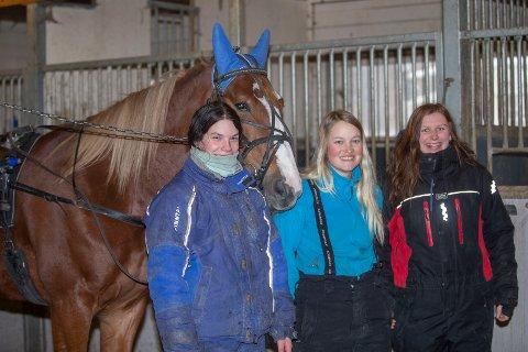 PÅ FLYTTEFOT: Renate Aarlie (i midten) er travtrener på flyttefot fra nedlagte Drammen til Myhremoen. Hun tar med seg både hester og medarbeidere - Bjørg-Marit Engen (t.v.) og Michelle Emilia Haugan - til Eikerbygda.