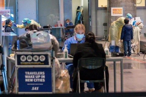 TEST: Alle personer som reiser til Norge må ha med seg en under 24 timer gammel koronatest. Bildet viser teststasjonen ved Gardermoen. Illustrasjonsfoto: Heiko Junge / NTB